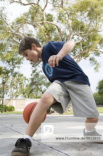 niedrig  Junge - Person  Basketball  Ansicht  Flachwinkelansicht  Winkel  spielen