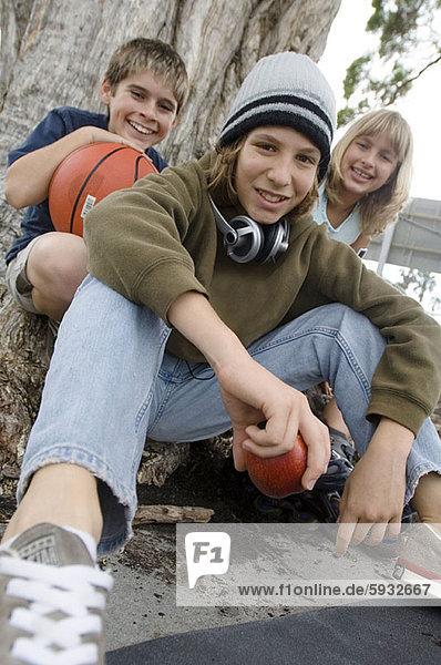 sitzend  Zusammenhalt  Portrait  Jugendlicher  Freundschaft  Junge - Person  2