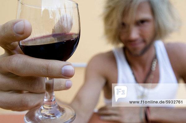 Portrait  Mann  Glas  Wein  halten  rot  jung