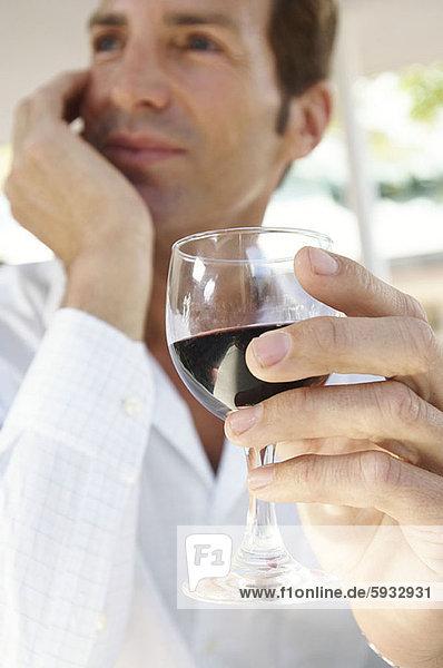 niedrig  Mann  Glas  Wein  halten  Mittelpunkt  rot  Ansicht  Flachwinkelansicht  Erwachsener  Winkel