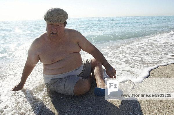 hoch  oben  sitzend  Mann  Strand  reifer Erwachsene  reife Erwachsene  Ansicht  Flachwinkelansicht  Winkel