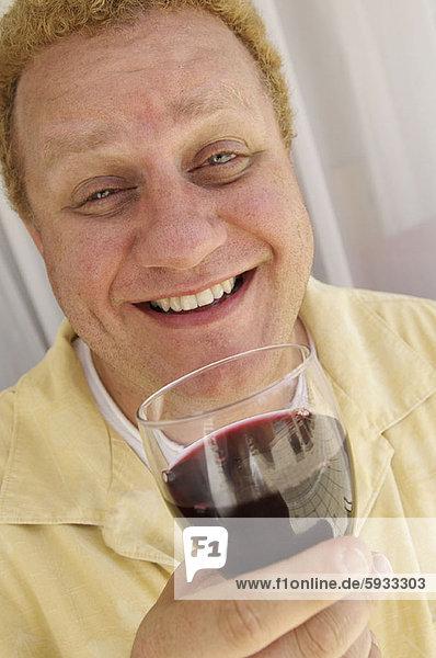 Portrait  Mann  Glas  Wein  halten  reifer Erwachsene  reife Erwachsene  rot