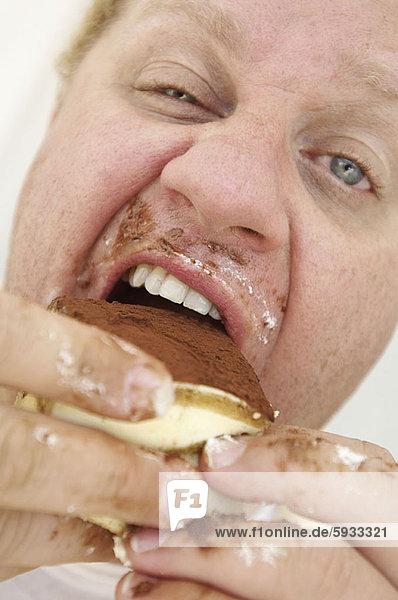 Mann  Close-up  close-ups  close up  close ups  reifer Erwachsene  reife Erwachsene  Kuchen  Schokolade  essen  essend  isst
