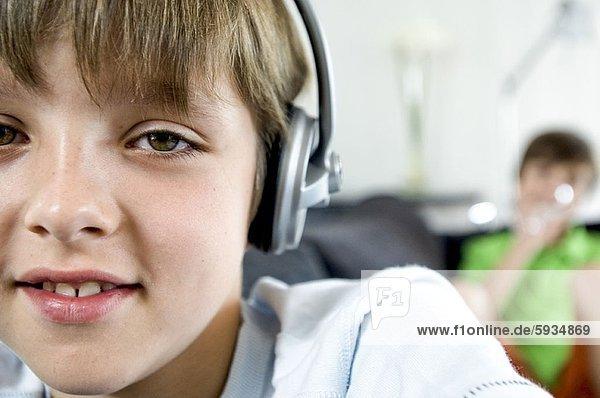 Portrait  zuhören  lächeln  Junge - Person  Kopfhörer  Musik