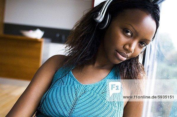 Portrait  Jugendlicher  zuhören  Kopfhörer  Musik  Mädchen