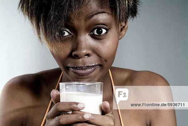 Portrait  Frau  Glas  halten  jung  Milch