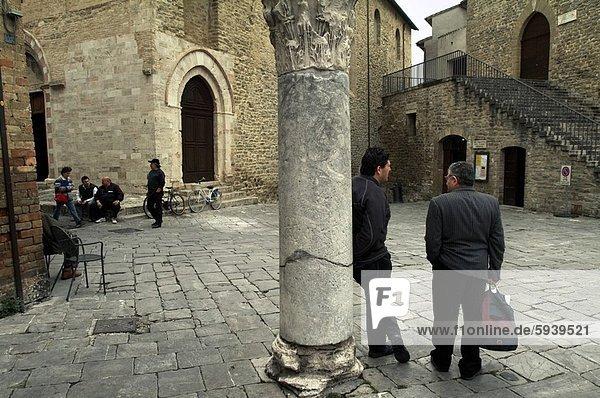 Mensch  Menschen  Menschengruppe  Menschengruppen  Gruppe  Gruppen  Straße  Italien  Umbrien