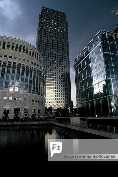 Untersicht der Bürogebäude  Canary Wharf  London  England. Untersicht der Bürogebäude  Canary Wharf  London  England