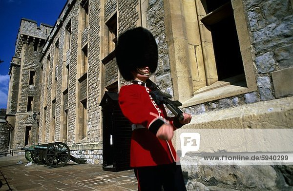 niedrig  Gebäude  London  Hauptstadt  frontal  Monarchie  Ansicht  Flachwinkelansicht  Winkel  britisch  England  Wachmann