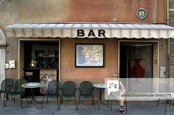 sitzend  Frau  frontal  reifer Erwachsene  reife Erwachsene  Italien  Umbrien
