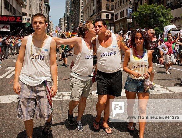 Stolz  Hochzeit  Homosexuelle Frau  Frauen  Lesbisch  Lesbe  Lesben  Jubiläum  1  übergeben  Marken  Allee  neu  Parade  Platz  Jahr