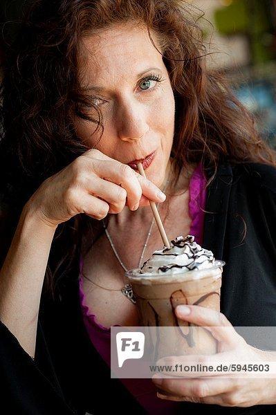 Kälte  Portrait  Frau  Getränk  schwarz  lang  langes  langer  lange  lutschen  Kaffee  Stroh  Haar  alt  Jahr
