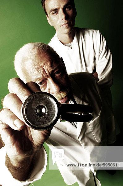 hinter  hoch  oben  stehend  Mann  Arzt  Stethoskop  halten  Ansicht  jung  Flachwinkelansicht  Winkel