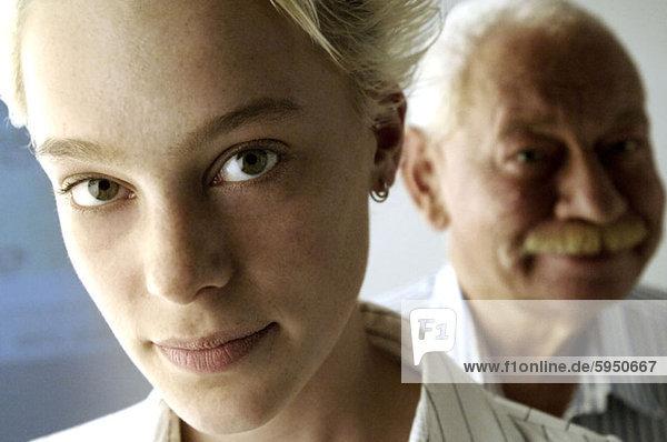 Portrait lächeln Enkeltochter Großvater