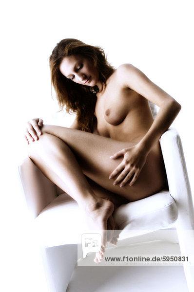 sitzend  Frau  Sessel  jung  nackt