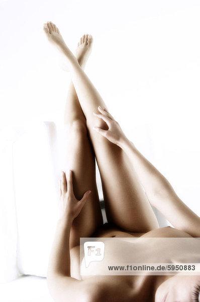 liegend  liegen  liegt  liegendes  liegender  liegende  daliegen  Frau  jung  nackt
