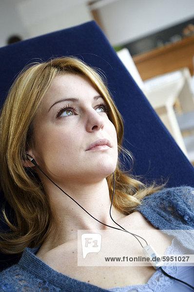 hoch  oben  Frau  zuhören  Musik  Ansicht  jung  Flachwinkelansicht  Winkel