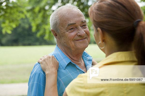 Frau mit einem alten Mann im Park