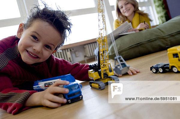 Portrait sehen Junge - Person Spielzeug Mutter - Mensch spielen