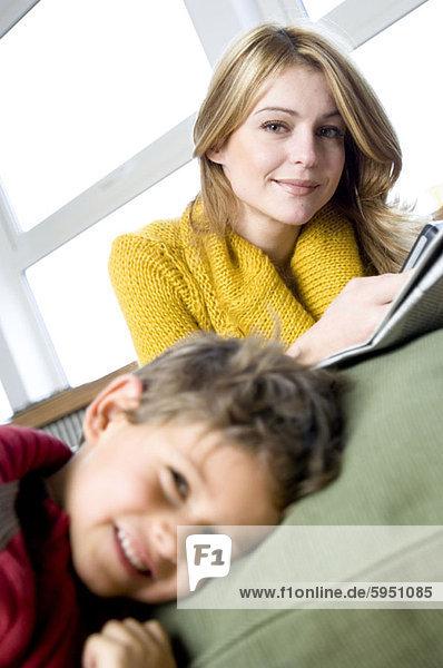 Portrait  Entspannung  Sohn  Zimmer  Wohnzimmer  Mutter - Mensch