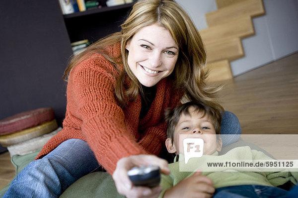liegend liegen liegt liegendes liegender liegende daliegen nebeneinander neben Seite an Seite Portrait Überprüfung Sohn halten Mutter - Mensch