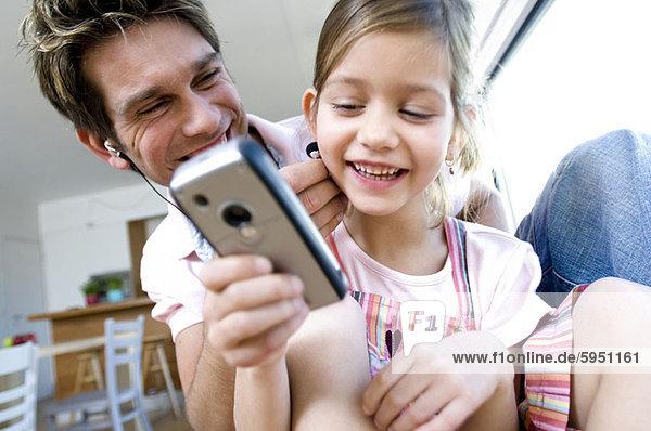 Menschlicher Vater  Kopfhörer  halten  Close-up  close-ups  close up  close ups