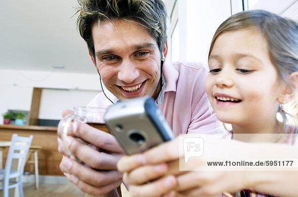 Handy  sehen  Menschlicher Vater  Close-up  close-ups  close up  close ups  Kurznachricht  Tochter