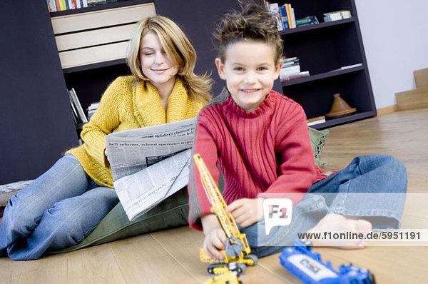 hinter Portrait Sohn Spielzeug Mutter - Mensch Zeitung spielen vorlesen