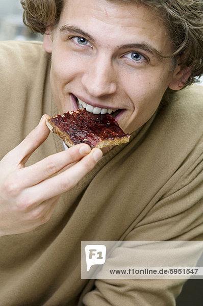 Portrait  Mann  Brot  Scheibe  jung  essen  essend  isst