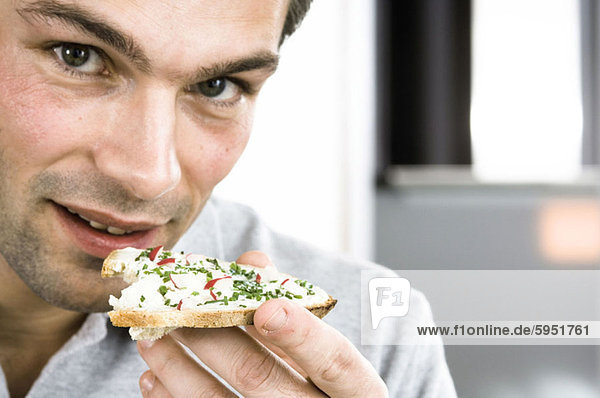 Portrait  Mann  Brot  Scheibe  Käse  Mittelpunkt  essen  essend  isst  Erwachsener