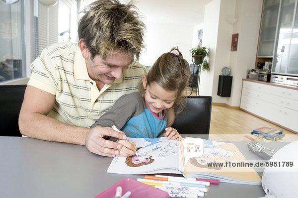 Farbaufnahme Farbe Menschlicher Vater Hilfe Close-up Tochter