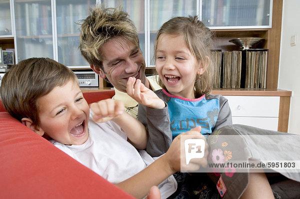 sitzend  Zusammenhalt  lachen  Bruder  Menschlicher Vater  Schwester  Close-up  close-ups  close up  close ups