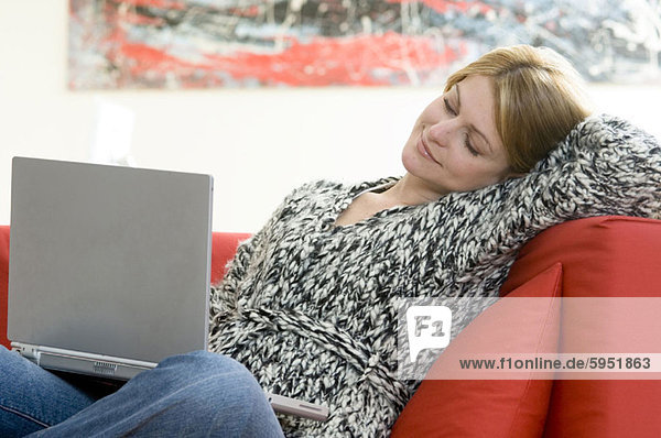 sitzend  benutzen  Frau  Notebook  jung  Couch