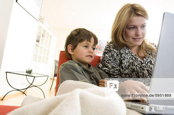 sitzend benutzen Notebook Junge - Person Mutter - Mensch