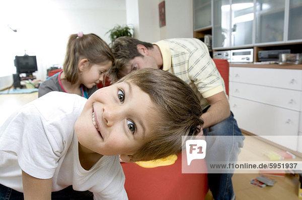 Portrait  lächeln  Junge - Person  Menschlicher Vater  Schwester  frontal