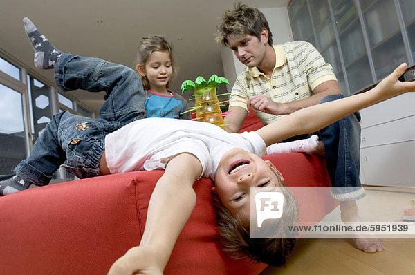 niedrig Menschlicher Vater Sohn Ansicht Flachwinkelansicht Couch Tochter Winkel spielen