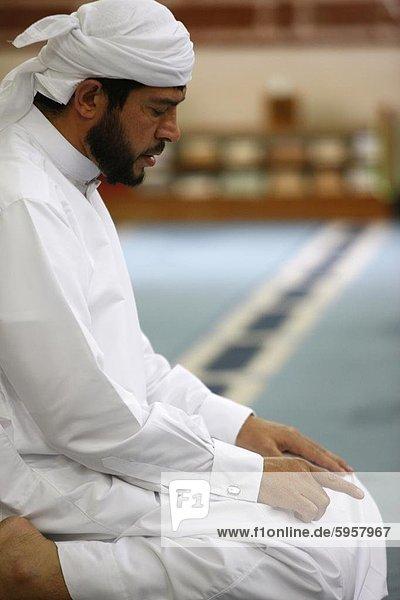 Betende Muslim  Jumeirah Moschee  Dubai  Vereinigte Arabische Emirate  Naher Osten