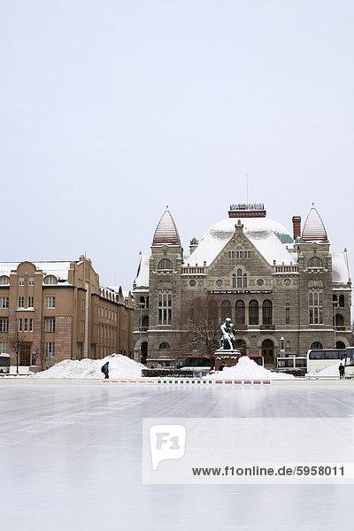 Eisbahn vor der Statue von Aleksis Kivi und dem Nationaltheater  Helsinki  Finnland  Skandinavien  Europa