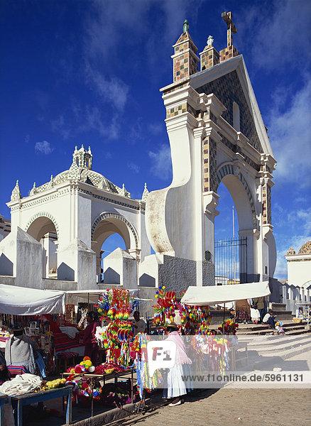 Marktstände vor dem Eingang zum Dom  Copacabana  Bolivien  Südamerika