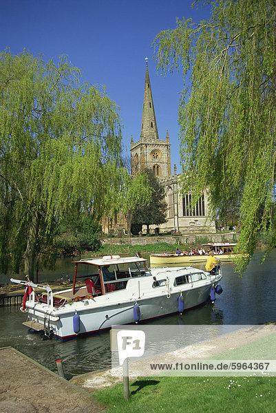Heilige Dreifaltigkeitskirche aus dem Fluss Avon  Stratford-upon-Avon  Warwickshire  England  Vereinigtes Königreich  Europa