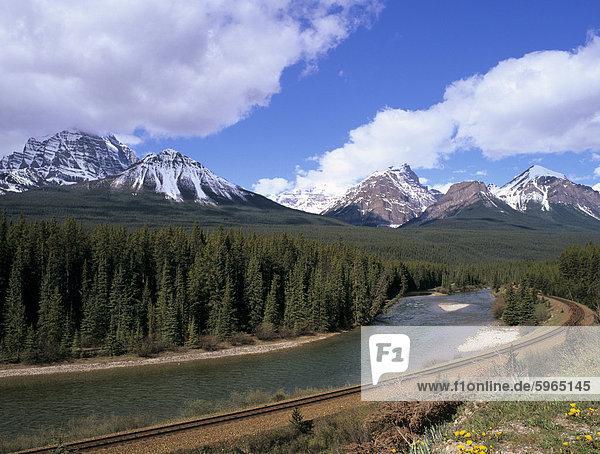 Beugen Sie Fluss und Bahn Morant die Kurve  von Bow Valley Parkway  Banff Nationalpark  UNESCO Weltkulturerbe  Rocky Mountains  Alberta  Kanada  Nordamerika