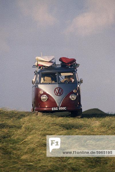 VW Camper Van mit Surfbretter auf Dach VW Camper Van mit Surfbretter auf Dach