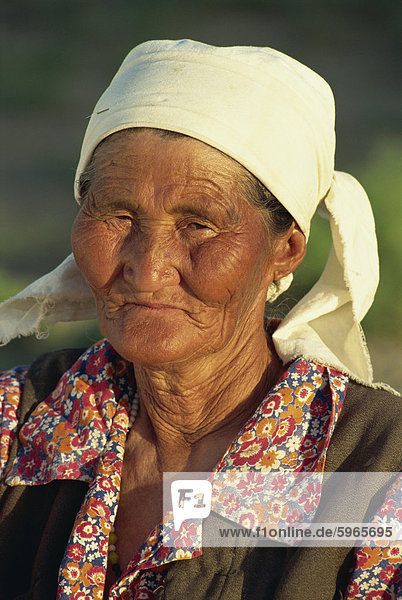 Porträt von eine alte kasachische Nomaden Frau in einem weißen Kopftuch in der Nähe von Bukhara  Uzbekistan  Zentral-Asien  Asien