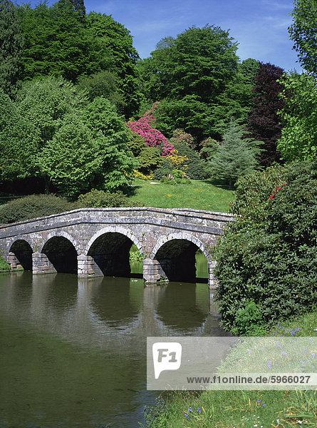 Brücke und See  Stourhead  National Trust-Eigenschaft  Wiltshire  England  Vereinigtes Königreich  Europa