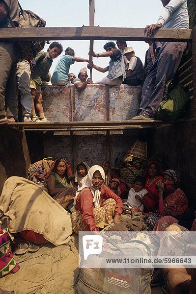 Transport der Menschen vor Ort ist die Rückseite des LKW  Nepal  Asien