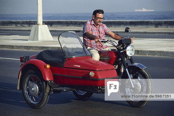 Havanna Hauptstadt Portrait Mann reifer Erwachsene reife Erwachsene Westindische Inseln Mittelamerika Motorrad Kuba Seitenwagen