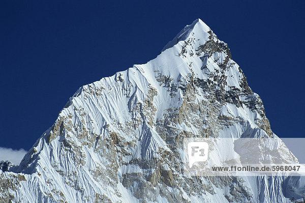 Die schneebedeckte Nuptse Gipfel gesehen von Kala Patar im Himalaya  Nepal  Asien