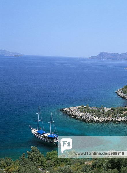 Gulet in einer Bucht in der Nähe von Kas  Südküste  Anatolien  Türkei  Kleinasien  Asien