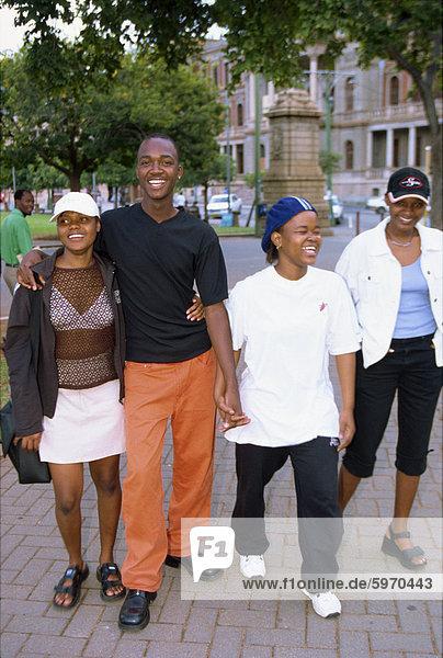 Jugendliche schlendern am Kirchplatz  Südafrika  Afrika