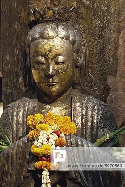 Detail Statue mit Ringelblumen in der Smaragd-Buddha-Tempel in Bangkok  Thailand  Südostasien  Asien